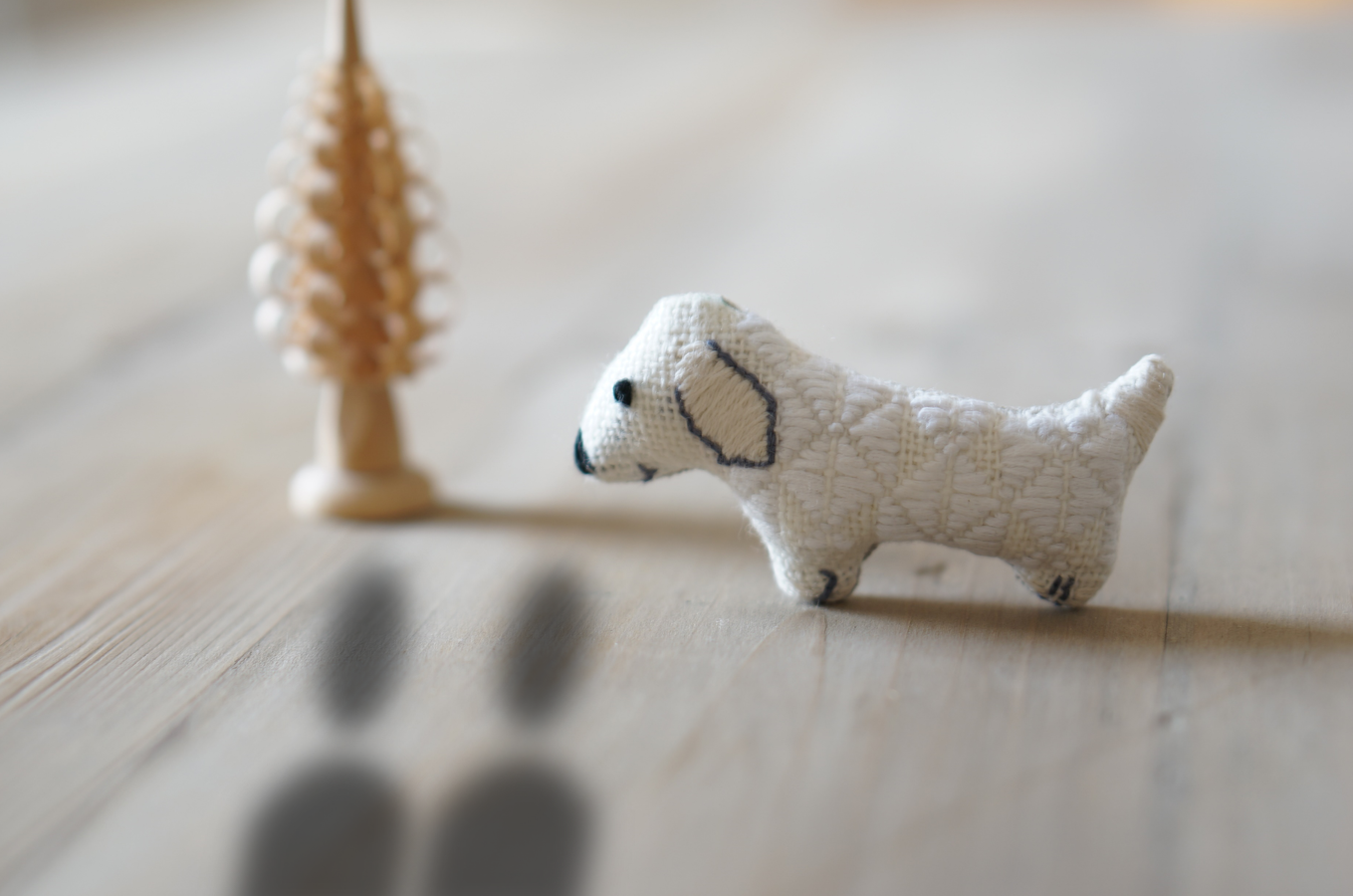 写真 犬の人形(こぎん差し) 小さなツリー ふたりの人の影